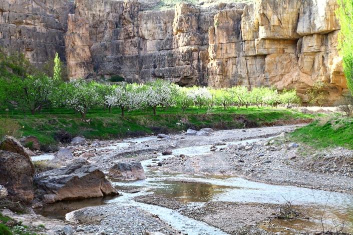 دره نزدیک غول سنگی