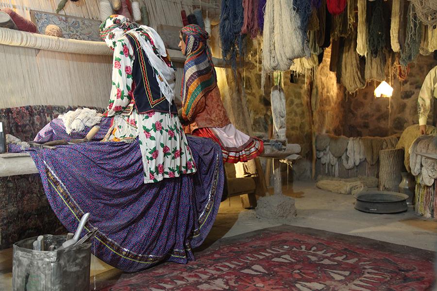 قالی بافان با لباس سنتی رباط ویرانی