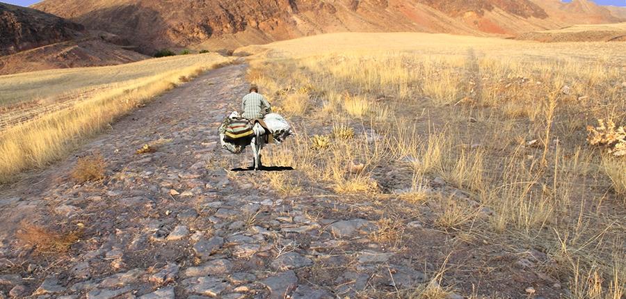 جاده سنگ فرش شده شریف اباد در راه تاریخی توس به نیشابور،حوالی رودخانه طرق